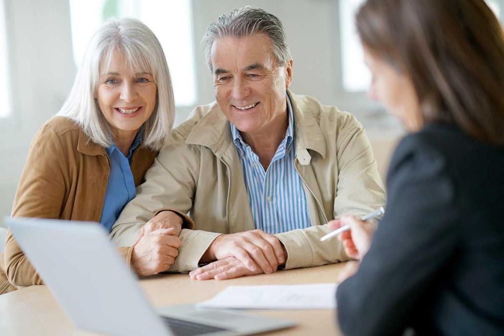 Beratung eines Paares für eine Versicherung
