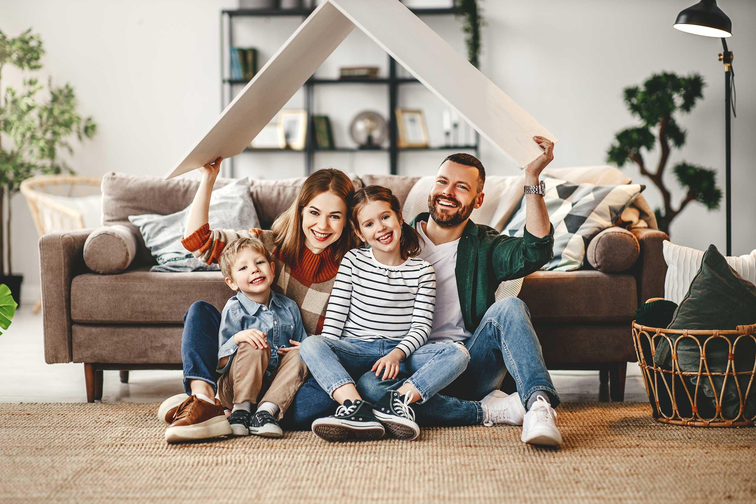Junge Familie in neuem Haus