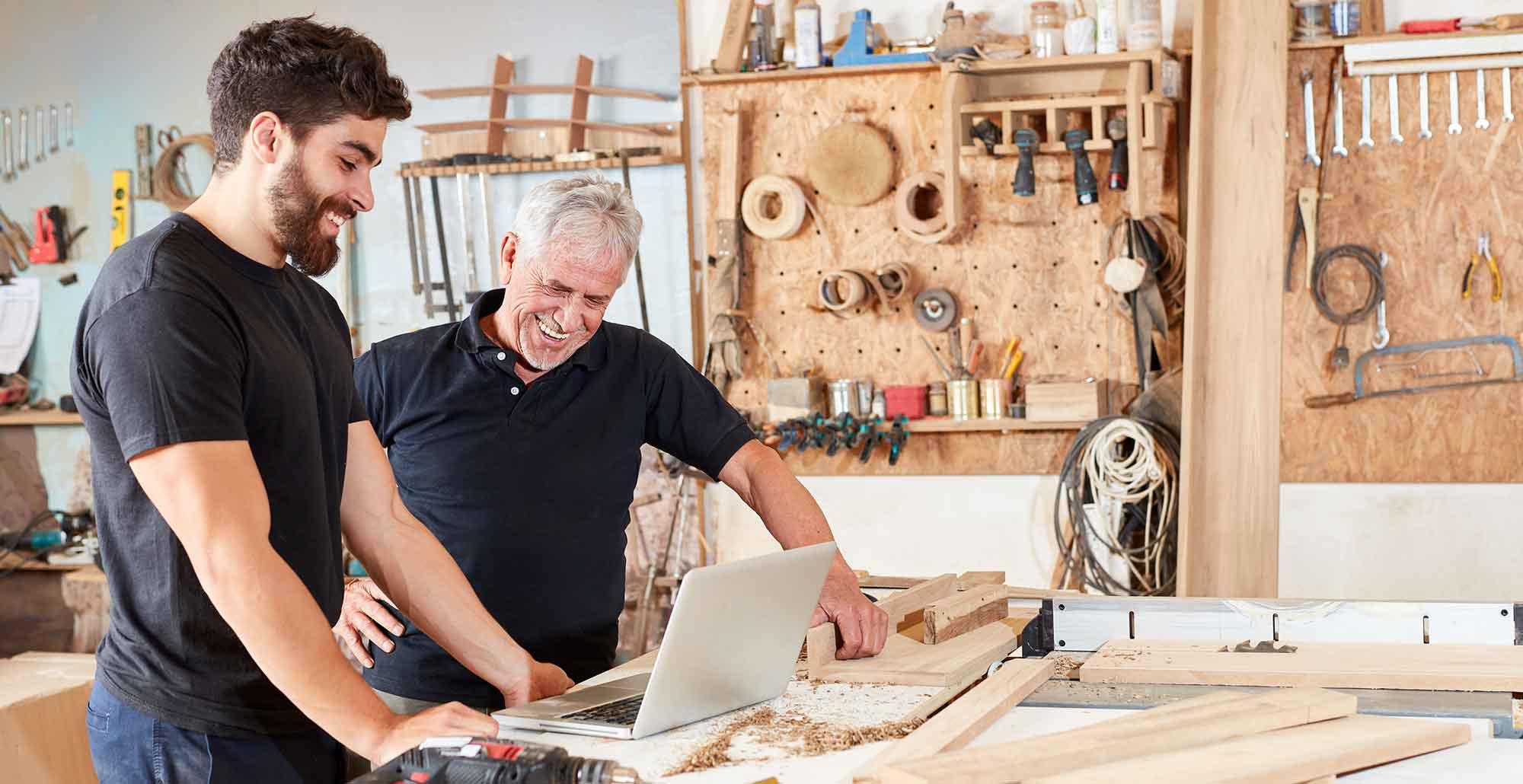 Vater mit Sohn in der Werkstatt